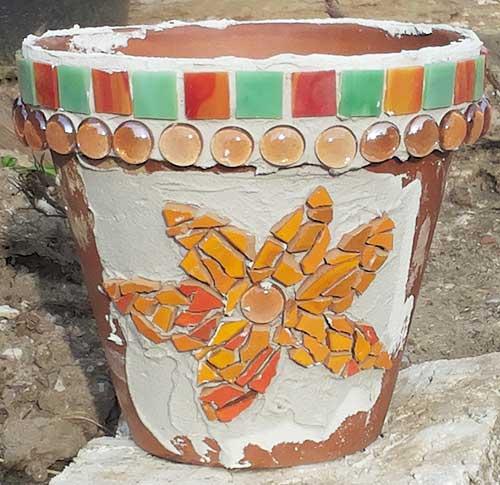 Eine Mosaikblume auf dem Blumentopf anbringen