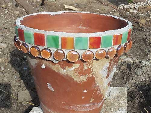Mosaiksteine und Glasnuggets verzieren den Blumentopf - die erste Arbeit ist getan!