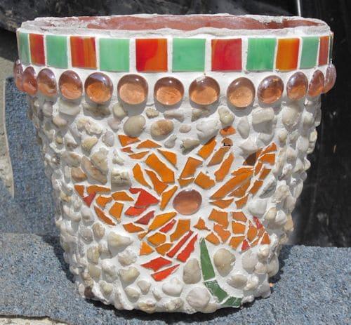 Mosaiktopf - ein Blumentopf mit Blumenmosaik