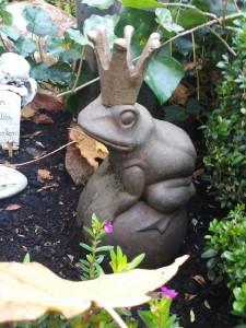 Froschkönig als Grabdekoration