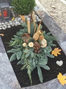 Herbstliches Gesteck für das Grab