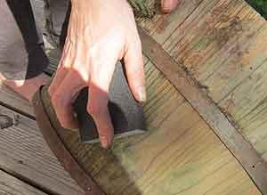 Holz schmirgeln vor dem Farbanstrich