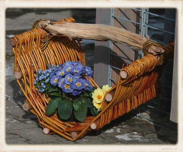 Weidenkorb mit Blumen dekoriert