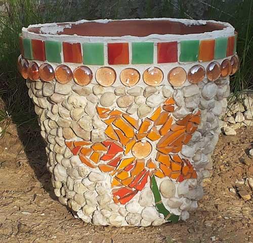 Mosaikblumentopf mit Kieselsteinen verziert