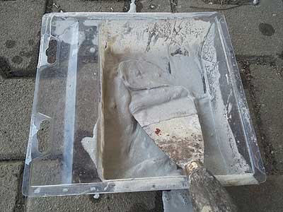 Natursteinmörtel mit Wasser mischen