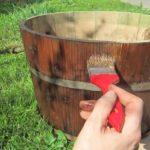 Einen alten Holzkübel schmirgeln und streichen
