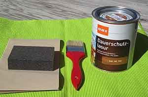 Holzlasur, Schmirgelpapier und Pinsel