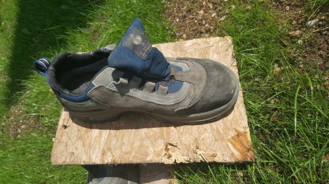Rasensamen mit Schuh festdrücken